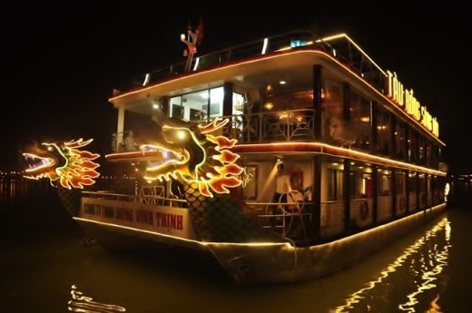 Nhà hàng nổi di động mang tên Tàu Rồng Sông Hàn là tàu du lịch lớn nhất hoạt động trên sông Hàn hiện nay với thiết kế tàu khách vỏ thép hai thân, có công suất hai máy 160 CV. Tàu có chiều dài 28 m, chiều ngang 10 m với kiến trúc 2 nhà hàng; 1 quầy bar, cà phê tầng thượng phục vụ cùng lúc nhiều tiệc, hội nghị với tổng lượng khách 250 người.