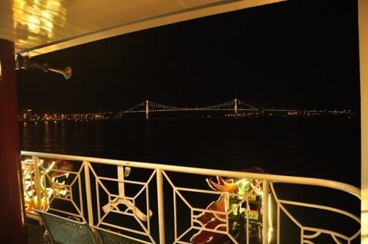 Tàu được thiết kế với không gian mở hiện đại, tầm nhìn bao quát sông Hàn. Du khách có thể vừa thưởng thức ly cà phê nóng, vừa du ngoạn qua những cây cầu nổi tiếng của Đà Nẵng để ngắm thành phố về đêm.