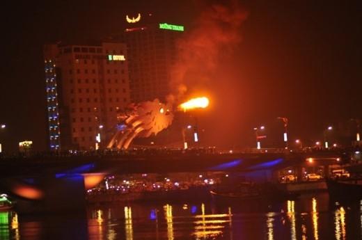 Khi đi vào hoạt động, tàu Rồng Sông Hàn được tổ chức hằng đêm với 2 chuyến, từ 18h đến 19h30 và từ 20h đến 21h 30.