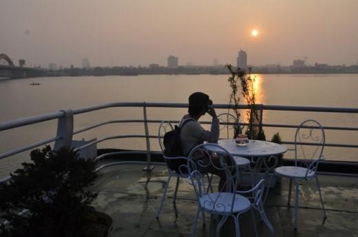 Du khách sẽ có những phút giây thư thái ngắm phố biển Đà Nẵng lúc bình minh.