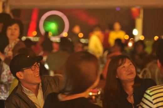 Du khách có dịp du ngoạn dọc dòng sông Hàn để ngắm những công trình đẹp nổi tiếng ở Đà thành.