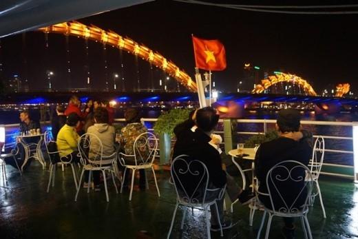 Du khách có thể vừa ngồi lai rai nhâm nhi ly rượu vừa có thể ngắm cầu Rồng phun lửa vào lúc 21h thứ 7 và chủ nhật hàng tuần.