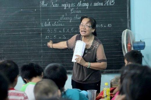 Bà Nguyễn Thị Dư đang dạy học - Ảnh: Phan Phan