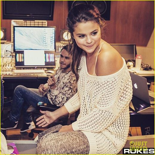 """Người yêu tin đồn của Selena Gomez lại tiếp tục đăng ảnh """"khoe bạn gái"""""""
