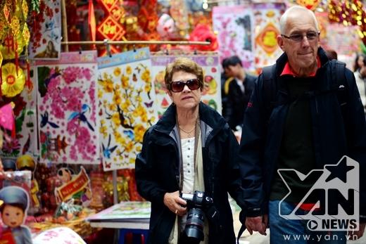 Khách du lịch nước ngoài rất hứng thú với không khí lễ hội này tại Hà Nội.