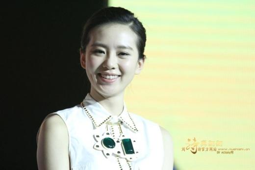 Lưu Thi Thi chỉ có má lúm đồng tiền một bên nhưng đủ khiến cô xinh đẹp hơn.