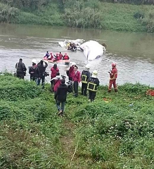 Vụ máy bay Đài Loan: 12 người chết, 32 người còn mất tích