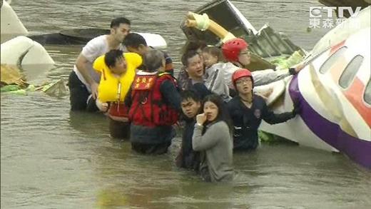Nhiều hành khách đã nhanh chóng tìm cách tự thoát ra ngoài khi máy bay rơi xuống sông