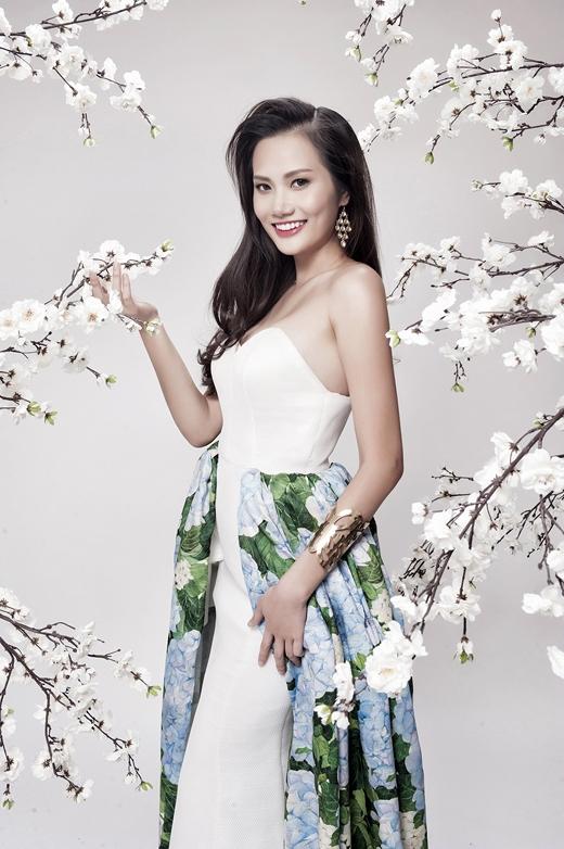 Điểm nhấn độc đáo cho chiếc váy là phần chân váy hoa khoác ngoài chiếc đầm trắng suôn dài làm tôn lên sự mềm mại cho bộ trang phục.