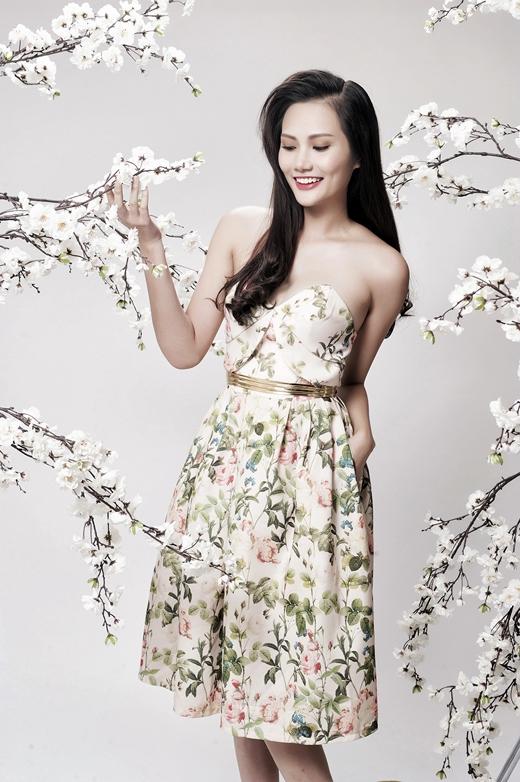 Kiểu váy đơn giản khoe vai trần đính kèm với thắt lưng vàng nhỏ gọn khiến Diệu Linh trẻ trung hơn hẳn