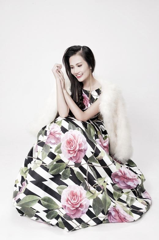 Hoa hậu Diệu Linh e thẹn đón Tết với váy hoa