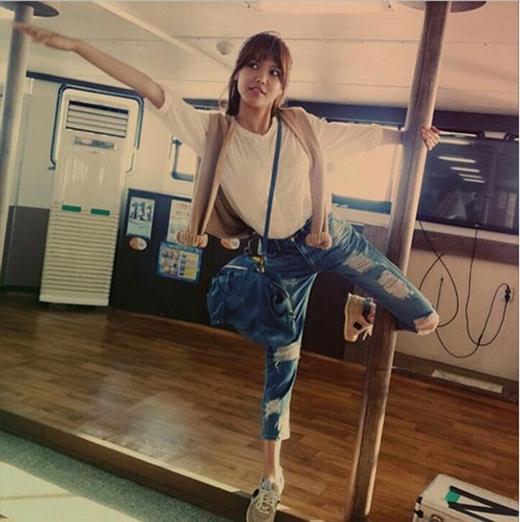 Sooyoung tạo dáng cực gợi cảm và khó đỡ bên cây cột khiến fan vô cùng thích thú.