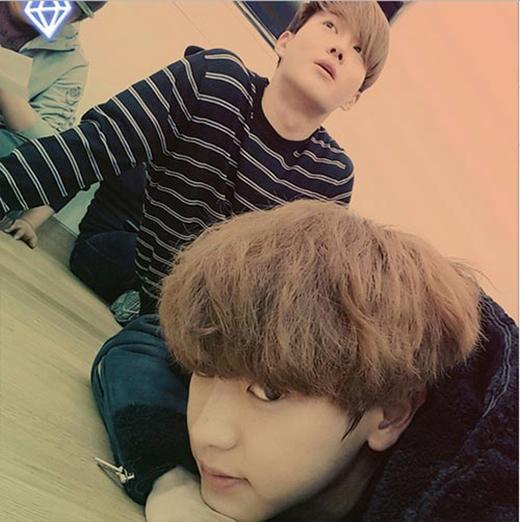 Đột nhiên nhớ trưởng nhóm, Chanyeol đã khoe hình chụp cùng Suho và chia sẻ: Mình nhớ anh Suho. Hãy mang cà ri khi anh quay về nhé.
