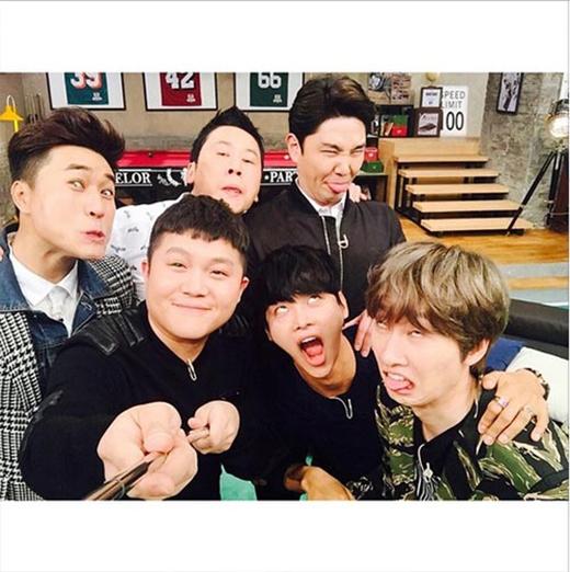 Eunhyuk khoe hình cùng anh em Bachelor Party và làm mặt xấu khiến fan vô cùng thích thú.