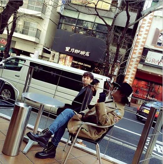 Lee Hong Ki thích thú ngồi ngắm đường phố và chia sẻ: Ở đằng sau... có người tôi từng nhìn thấy ở đâu đó.