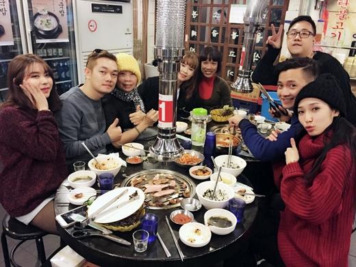 Món ăn được ưa chuộng tại Hàn Quốc là thịt nướng và gà hầm sâm cũng được các ca sĩ tranh thủ thưởng thức. - Tin sao Viet - Tin tuc sao Viet - Scandal sao Viet - Tin tuc cua Sao - Tin cua Sao