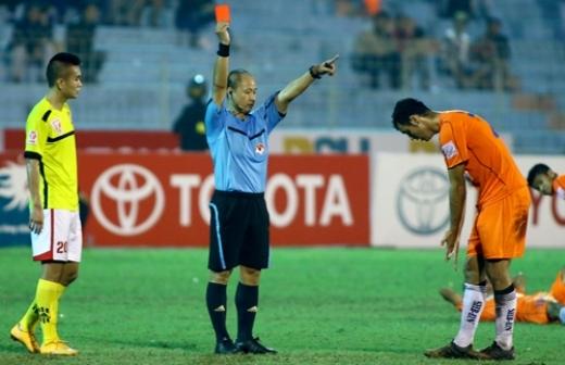 Tiền đạo Gomez nhận thẻ đỏ trong trận đấu giữa Đà Nẵng và Hải Phòng. Ảnh: Song Nghi.