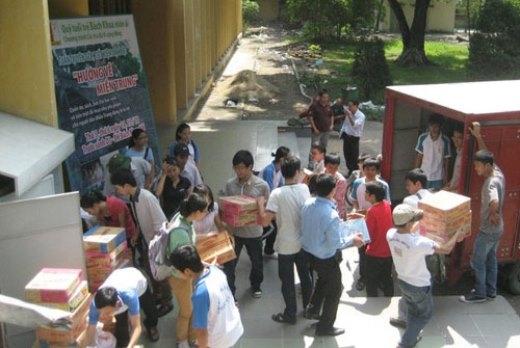 Nhiều chuyến hàng ủng hộ đồng bào lũ lụt, biên giới được trích từ quỹ trà đá do chính sinh viên Bách khoa tiết kiệm trong thời gian dài. Ảnh: tradavicongdong.