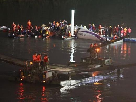 Hành khách nhí được cứu thoát kỳ diệu từ xác máy bay Đài Loan rơi