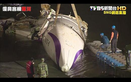 Quá trình trục vớt máy bay vẫn được nỗ lực tiến dù trời đã tối
