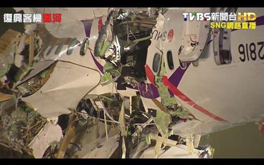 Phần thân máy bay vỡ vụn sau cú lao đầu xuống sông