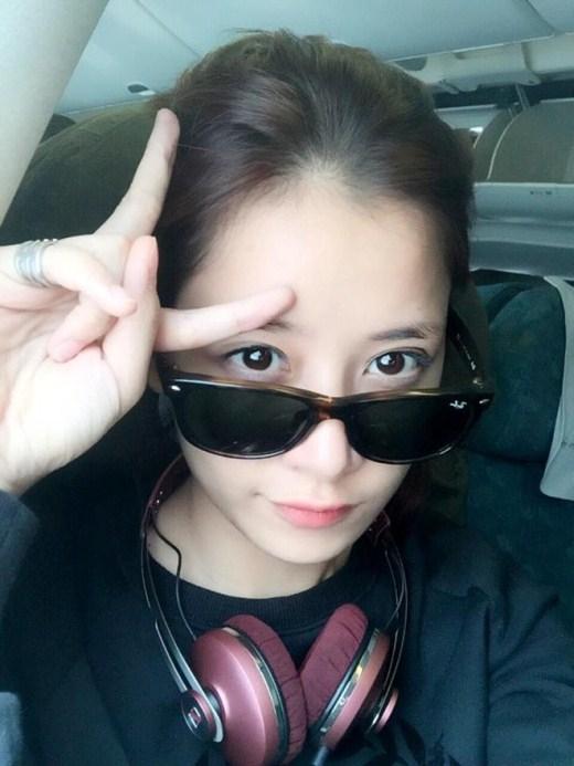 Hotgirl đình đám Hà thành Chi Pu để mặt mộc, đeo kính đen, tạo dáng đáng yêu khi chụp ảnh. Với góc chụp hơi lạ này có thể khiến nhiều người không nhận ra cô nàng Chi Pu hàng ngày mọi người vẫn thấy.