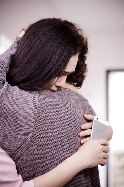 MV là những cảnh quay đầy tình cảm giữa 2 cô gái