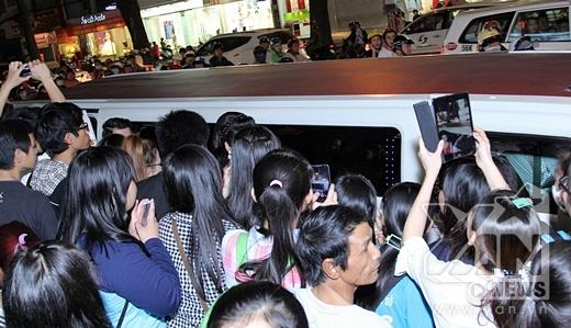 Lượng fan đông đảo vây kín xe của đoàn diễn viên phim. - Tin sao Viet - Tin tuc sao Viet - Scandal sao Viet - Tin tuc cua Sao - Tin cua Sao