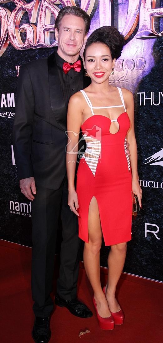 Thảo Trang cùng với bạn trai. Nữ ca sĩ Xấu lạ gây ấn tượng mạnh với bộ váy được cắt xẻ khá táo bạo. - Tin sao Viet - Tin tuc sao Viet - Scandal sao Viet - Tin tuc cua Sao - Tin cua Sao