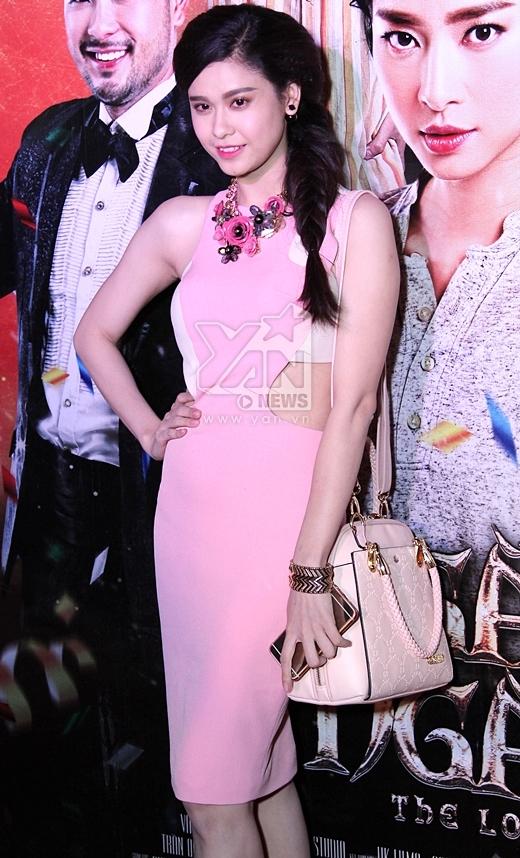 Trương Quỳnh Anh diện một chiếc váy hồng với nhiều đường cut-out gợi cảm. - Tin sao Viet - Tin tuc sao Viet - Scandal sao Viet - Tin tuc cua Sao - Tin cua Sao