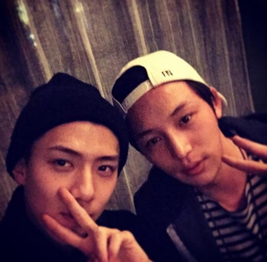 Sehun khoe hình cực đáng yêu cùng diễn viên Byun Yohan và quảng cáo phim cho anh chàng này: Socialphobia vào ngày 12/3, ai không đi xem sẽ tiếc đó nha.