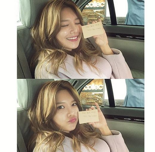 Sooyoung háo hức khi ở Hong Kong, cô khoe hình và chia sẻ: Tấm thẻ này nói là hãy mở nó ra khi mình thấy buồn và khi mình mở nó, nó khen mình có nụ cười rất đẹp. Cảm ơn bạn fan đã tặng cho mình món quà này. Mình đang trên đường đi gặp nụ cười đẹp thật sự đây..