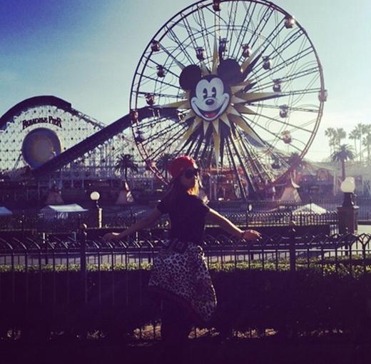 Minzy đắm chìm trong thế giới Disneyland, cô nàng đã đến nơi này và chia sẻ: Chào mừng đến với Disneyland. Bạn có cảm nhận được sự hạnh phúc của tôi không?.