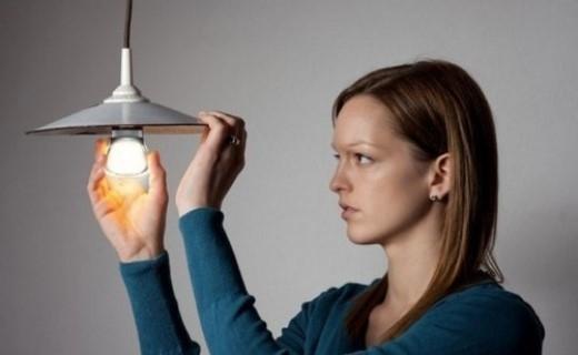 Không được thay bóng đèn: Ở bang Victoria, Australia, bạn không được phép thay bóng đèn trong chính ngôi nhà của mình hay bất cứ đâu, trừ khi bạn là một thợ kỹ thuật được cấp phép.