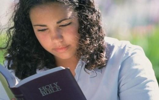 Cấm mang kinh thánh ra khỏi nhà: Ở Maldives, luật pháp quy định công dân phải để kinh thánh ở nhà và không được phép mang ra ngoài.