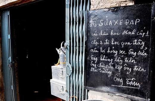 Tấm biển sửa xe miễn phí cho các em học sinh của cụ Nguyễn Văn Tâm với những lời lẽ hết sức giản dị, mộc mạc