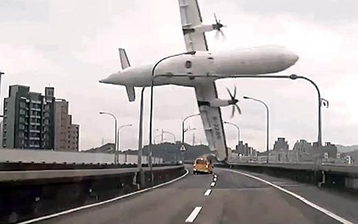 Khoảnh khắc máy bay va chạm vào cây cầu trước khi lao đầu xuống sông