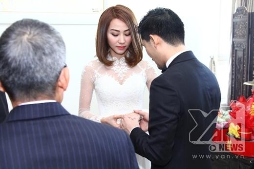 Hai vợ chồng trao nhẫn cưới. - Tin sao Viet - Tin tuc sao Viet - Scandal sao Viet - Tin tuc cua Sao - Tin cua Sao