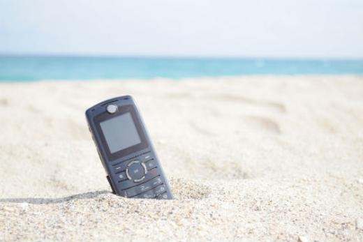 Bí quyết bảo vệ điện thoại khi đi biển