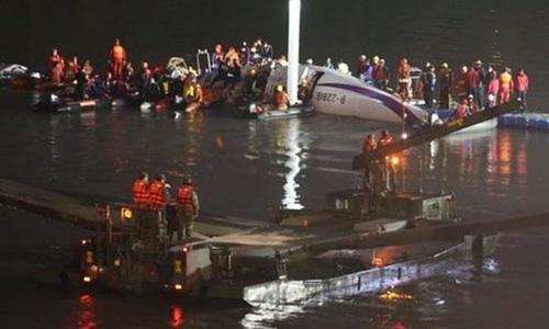 Hai phi công điều khiển chiếc phi cơ của hãng hàng không TransAsia được ca ngợi như những anh hùng vì cách xử lý khi máy bay gặp nạn
