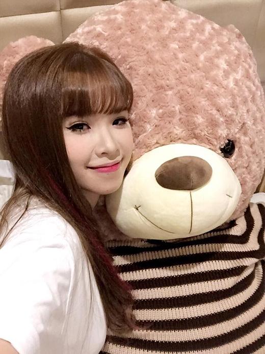 Không phải là Kelvin Khánh hay là gấu thật mà đây là chú gấu bông Khởi My vừa được tặng cho mùa Valentine năm nay. Tuy nhiên, có vẻ do hình ảnh couple Khánh - My quá quen thuộc với các fan của cả 2 thế nên các bạn vẫn ví von chú gấu này như là Kelvin Khánh.