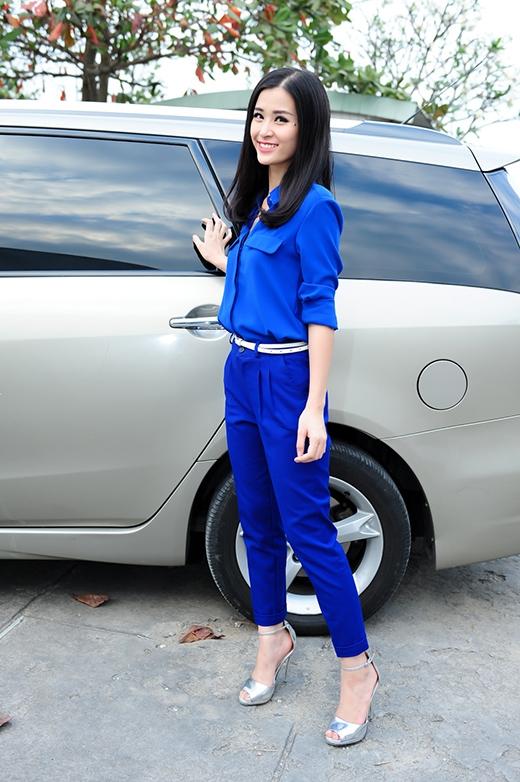 Đông Nhi đi từ thiện với bộ trang phục trẻ trung, giản dị - Tin sao Viet - Tin tuc sao Viet - Scandal sao Viet - Tin tuc cua Sao - Tin cua Sao