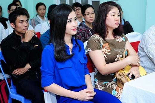 Đông Nhi chăm chú theo dõi các hoạt động văn nghệ của các công nhân. - Tin sao Viet - Tin tuc sao Viet - Scandal sao Viet - Tin tuc cua Sao - Tin cua Sao