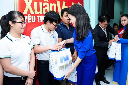 Đông Nhi gửi tặng những món quà Tết nhỏ đầy ý nghĩa cho các công nhân có hoàn cảnh khó khăn. - Tin sao Viet - Tin tuc sao Viet - Scandal sao Viet - Tin tuc cua Sao - Tin cua Sao