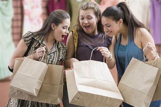 2. Mua sắm ở chợ, siêu thị, Saigon Squares... thật là quê mùa. Chúng ta một là đi trung tâm mua sắm, hai là mua hàng trên mạng.