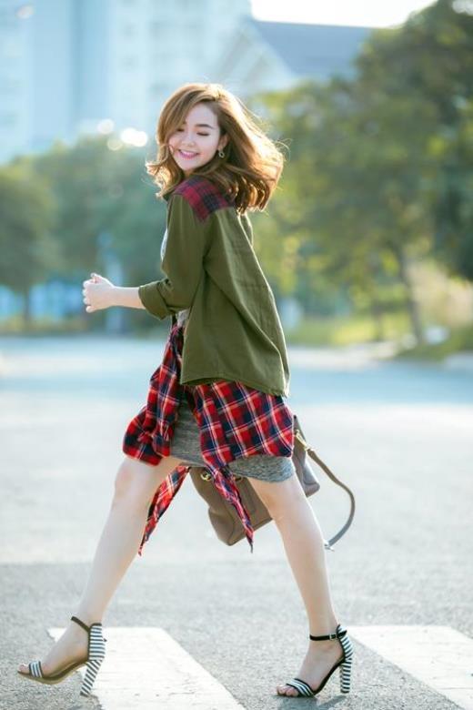 Bất cứ bộ trang phục nào dù có hầm hố đến đâu đều cũng sẽ trở nên mềm mại hơn với đôi giày cao gót cá tính.