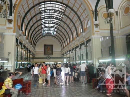 Hàng ngày tòa nhà Bưu điện trung tâm thành phố đón hàng nghìn người đến làm việc và tham quan. Ảnh: Đặng Thanh