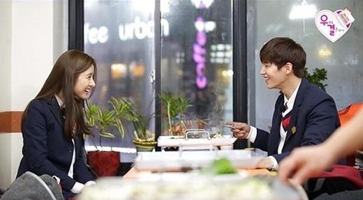 Vợ chồng Kim So Eun và Song Jae Rim trở thành cặp đôi học sinh cực đáng yêu