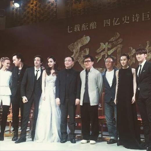 Siwon không giấu nổi niềm vui sướng và vinh dự khi đứng cạnh những tên tuổi lớn trong làng giải trí: Họp báo Dragon Blade tại Thượng Hải.