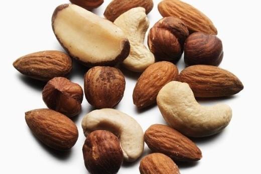 Hạnh nhân có tác dụng rất tốt đối với cơ thể nhờ vào hàm lượng lớn chất xơ, protein và các chất béo chưa bão hòa. Thực phẩm này có thể giúp chúng mình làm giảm cơn thèm ăn nhanh chóng. Hạnh nhân không những không gây tăng cân mà còn có khả năng giảm mỡ bụng hiệu quả nhờ vào hàm lượng axit alpha-linolenic, có khả năng kích thích quá trình chuyển hóa mỡ thừa.